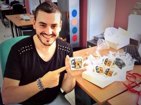 Juanma posando con unas galletas con el logo del programa.